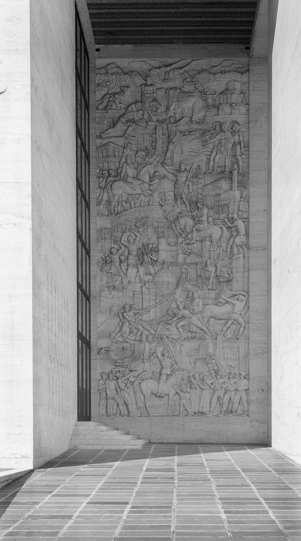 Il bassorilievo di Publio Morbiducci all'entrata di Palazzo Uffici in un'immagine storica (ASF EUR SpA 1058)