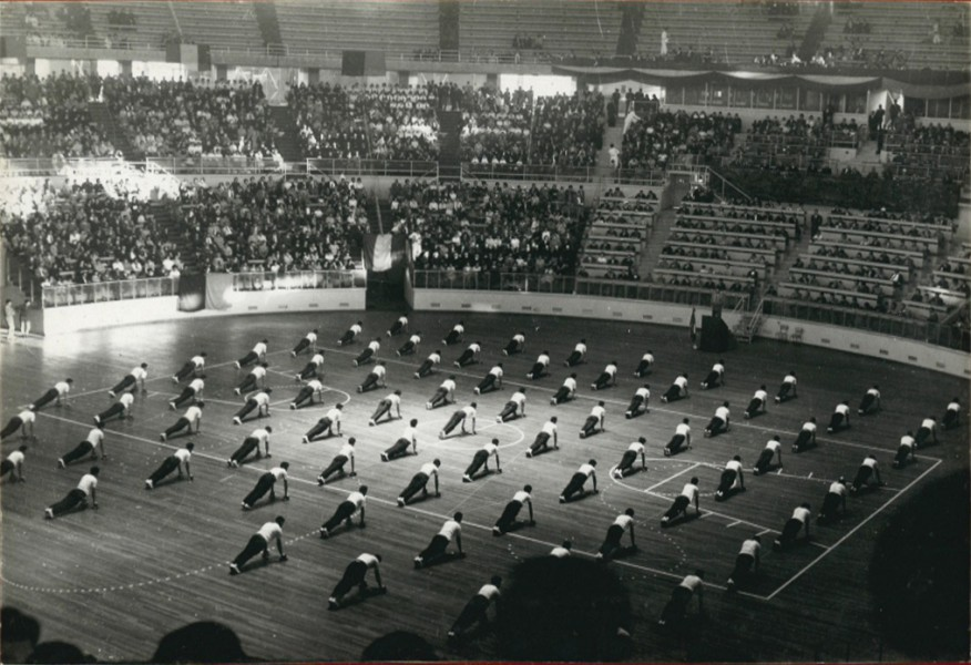 Manifestazione ginnica del 1961 al Palazzo dello Sport, oggi PalaLottomatica [ASF 20-cartoni-4-7-1961-26049 - EUR SpA]