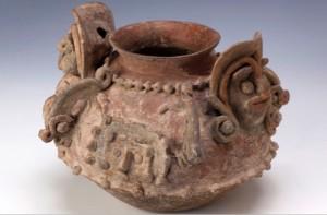 Vaso rituale con raffigurazioni mitiche in rilievo (Periodo sviluppo regionale 300 a.C. - 400 d.C. - Cultura Bahia, Costa Centrale)