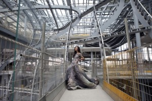 Una modella posa all'interno della Nuvola indossando un abito Gattinoni (Nuovo Centro Congressi di Roma).